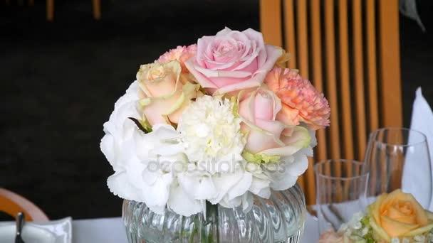 Krásně zdobené sál pro svatby. Květiny a hodiny