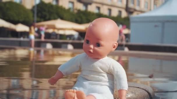 Bebek Bebek Bakıcılığı çeşmenin Stok Video Andkov81 184000114