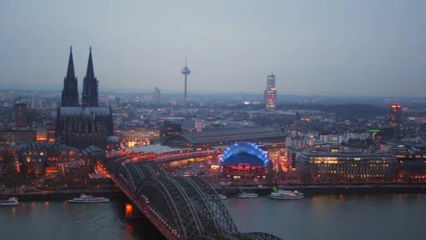 Köln, Nachtansicht der Stadtbrücke und Kathedrale
