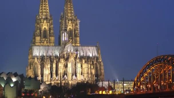 Köln, Nachtansicht der Stadtbrücke und des Doms