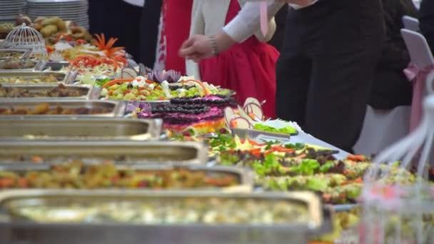 formou tabulky: Hosté si jídlo