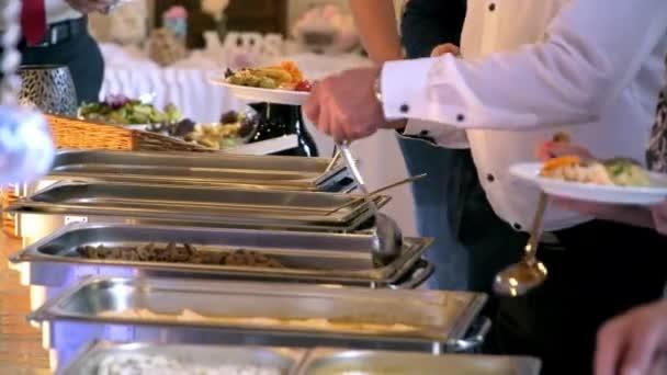 Formou bufetu, oběd a večeře