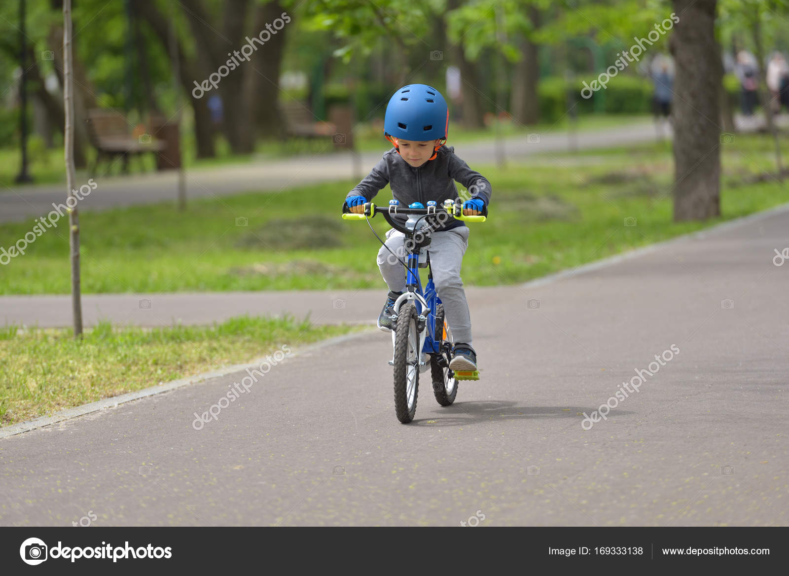 c77de2782a341f Gelukkig kind jongen van 5 jaar met plezier in voorjaar park met een fiets  op de