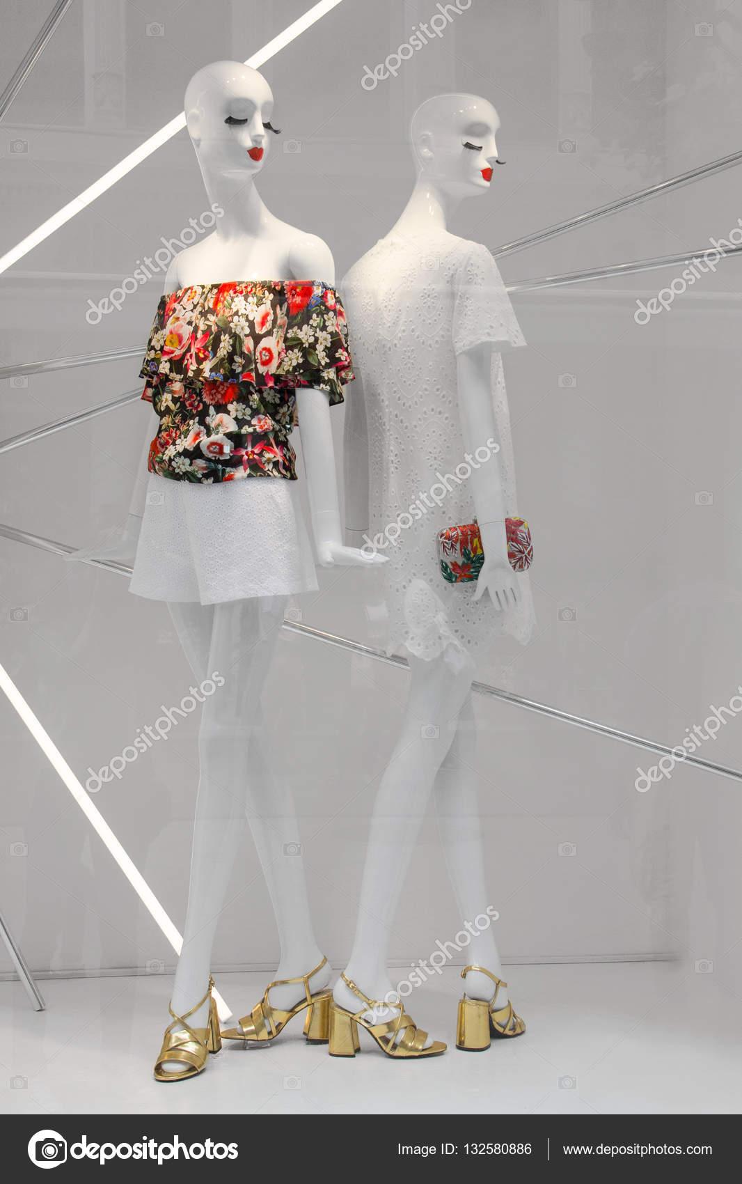 ac97f4e52c2 Dos maniquíes de moda blanco moderno vestido con ropa de verano flores, en  una ventana de blanco moderno boutique. — Foto de vevchic@gmail.com