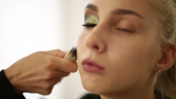 Καλλιτέχνης μακιγιάζ  Προσφορές σε σκόνη στο πρόσωπο μοντέλα — Αρχείο Βίντεο 40e5446e858