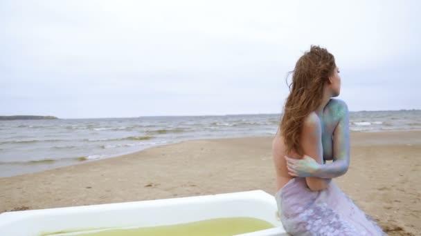 Nahá dívka na obrázku mořská panna je vedle koupelny