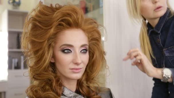 Profi Stylist teszi a lány frizuráját!.