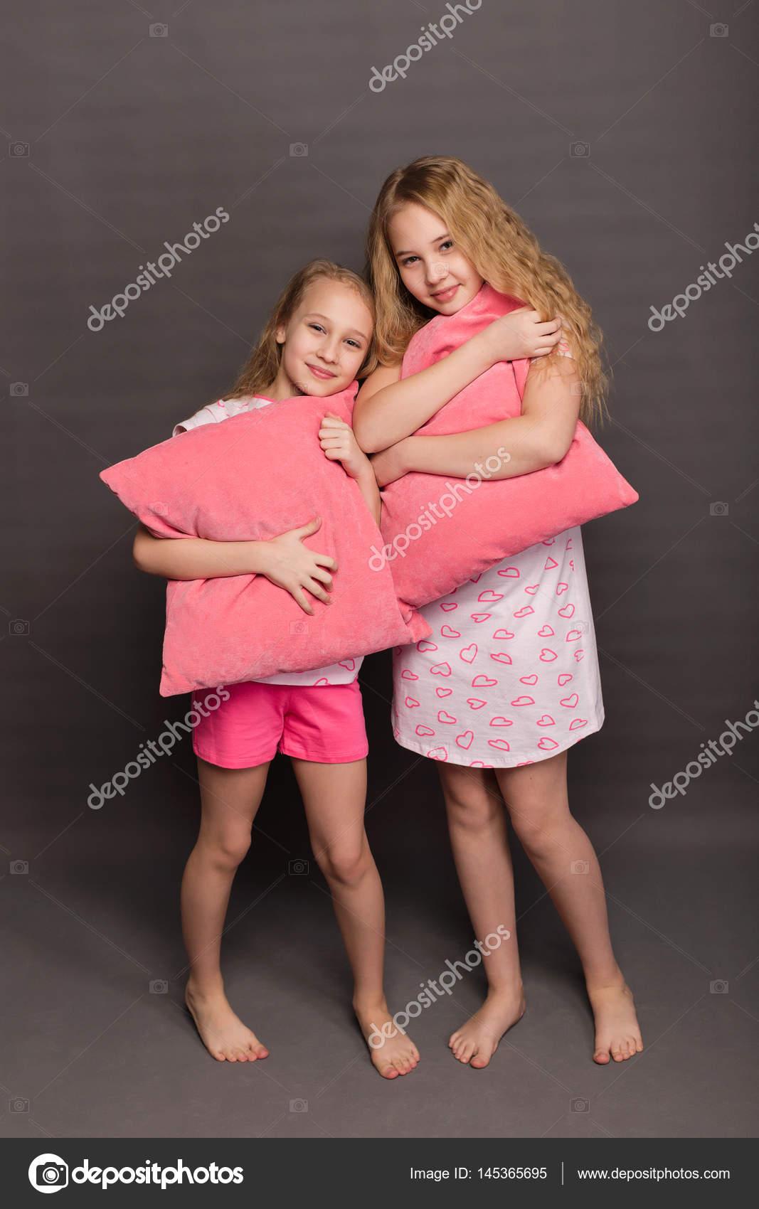 belles deux filles en pyjama rose jouent avant d aller au lit photographie nadin1601877 gmail. Black Bedroom Furniture Sets. Home Design Ideas