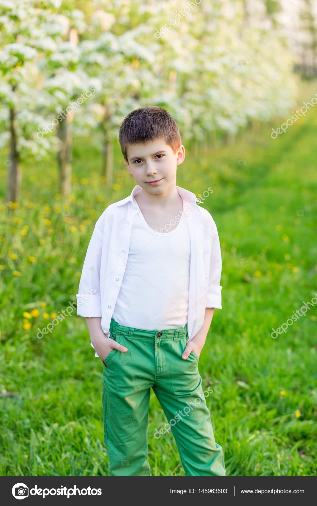Beau petit gar on dans un jardin fleuri au printemps - Beau petit jardin ...