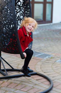 """Картина, постер, плакат, фотообои """"портрет красивой маленькой девочки с рыжими волосами в красном пальто """", артикул 146448229"""