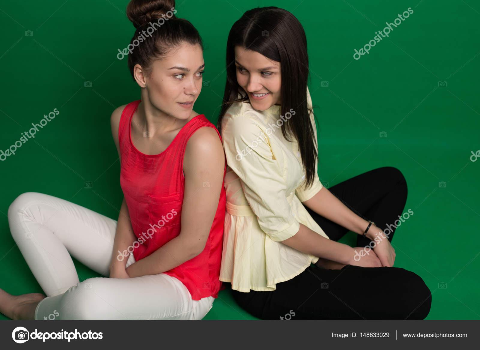 Две брюнетки подруги