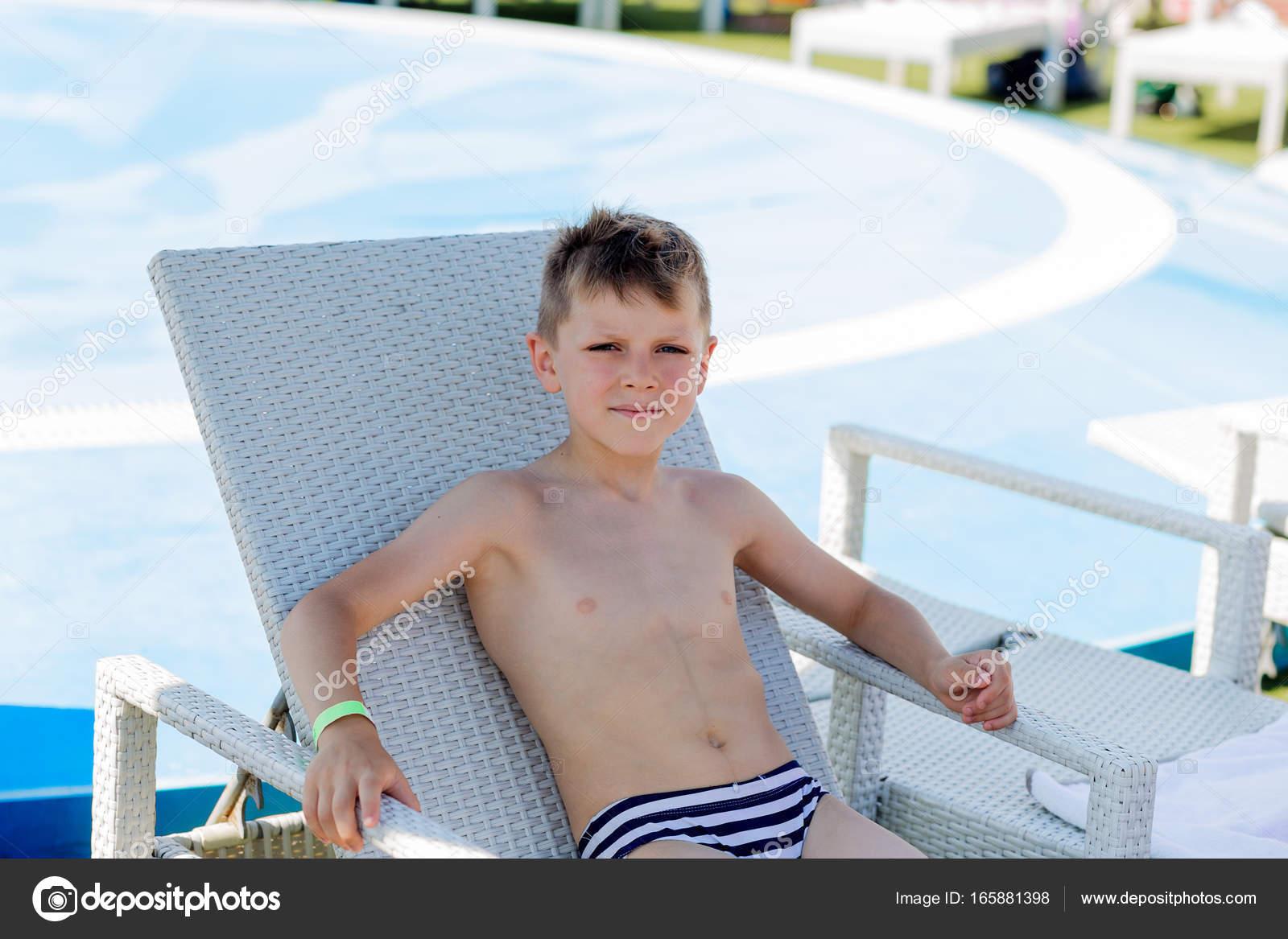 Costume Da Bagno Ragazzo : Giovane ragazzo in un costume da bagno su una mensola in piscina