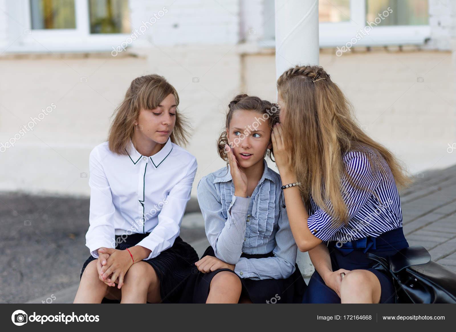 527bad75c Colegialas en resto de uniforme escolar en un descanso cerca de la ...