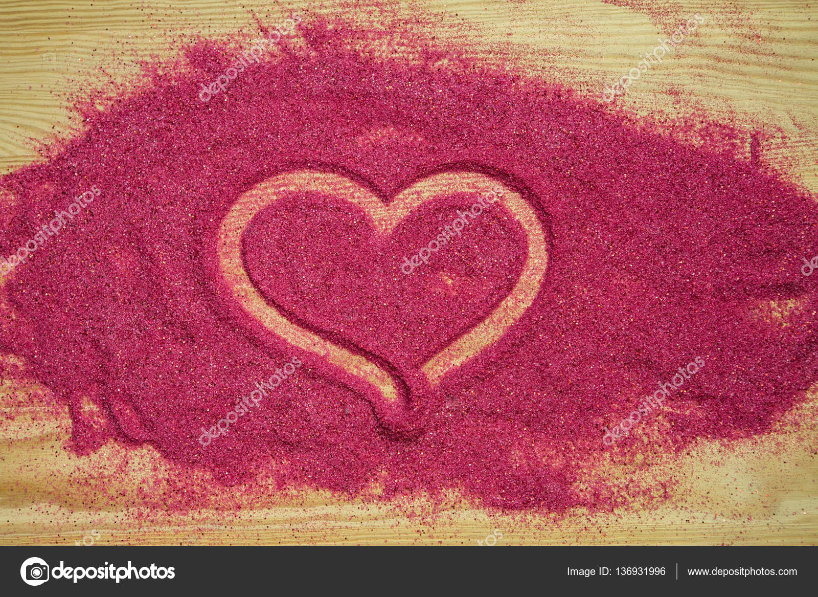 ea572e860129 Srdce na růžové barevného písku s pozlátko — Stock Fotografie ...