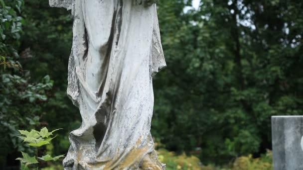 A régi temetőben őrangyal ősi szobra
