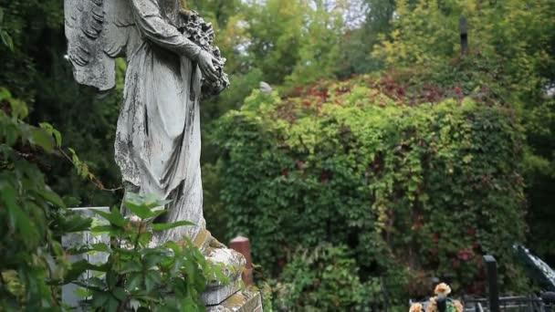 Vintage socha okřídleného anděla na hřbitově