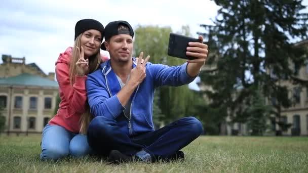 Mladý pár studentů, takže selfie na tabletu