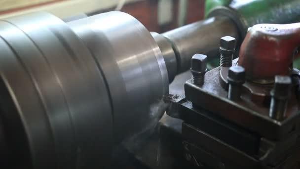 Cutting tool processing on old lathe machine