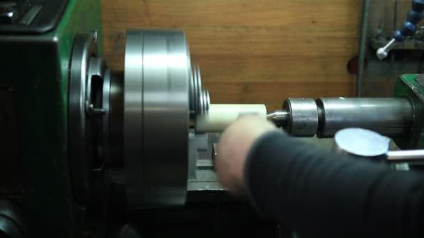 Malomipari gép kezelõ dolgozik a műhelyben