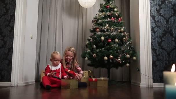 Glückliche Kinder Weihnachten Geschenk-Boxen öffnen