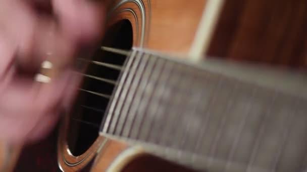 Mužské hudebník hraje na akustickou kytaru