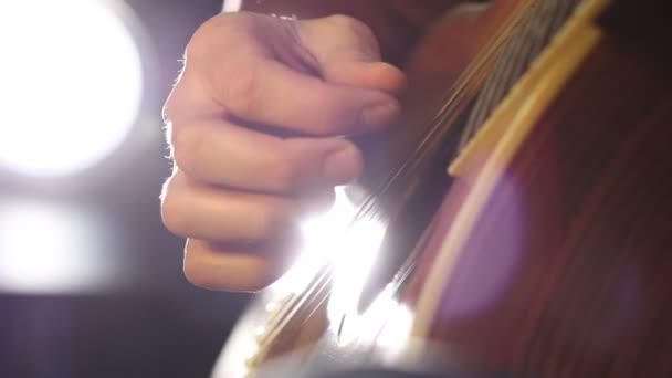 Detail kytarista hraje na klasickou kytaru