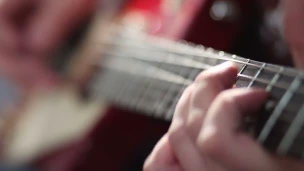 Férfi játszik elektromos gitár kanyar technikával