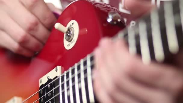 Rockový hudebník s elektrickou kytaru vztekat akord