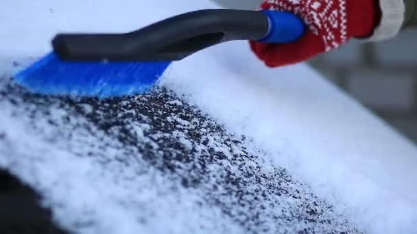 odstranění sněhu z auta s kartáčem
