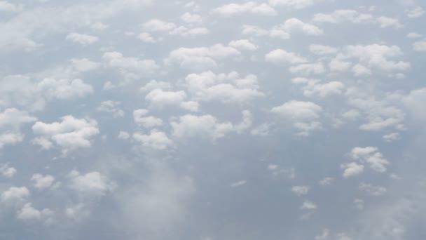 Panorama pohled nad mraky z letadla