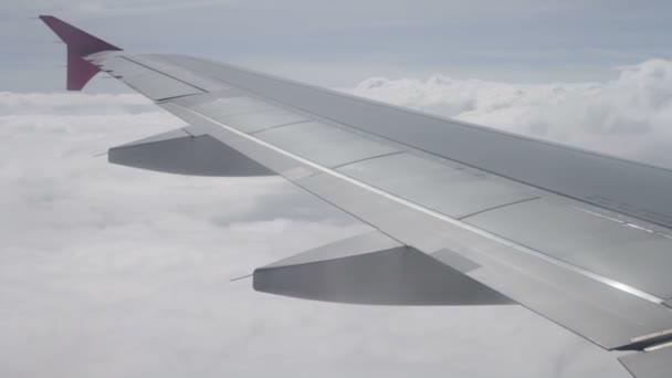 Tragfläche eines Flugzeugs fliegt über den Wolken am Himmel