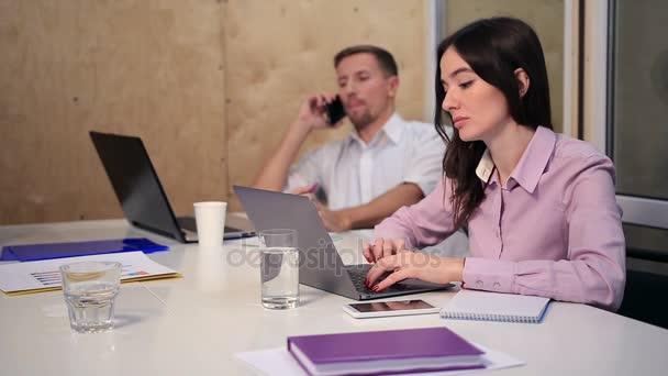 Se spolupracovníky na stole v kanceláři