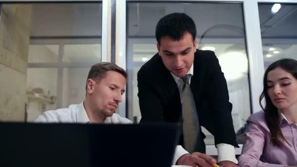 Vážný podnikatel vysvětlující plán kolegům