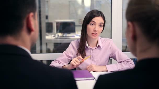 diskuse s realitní agent v kanceláři