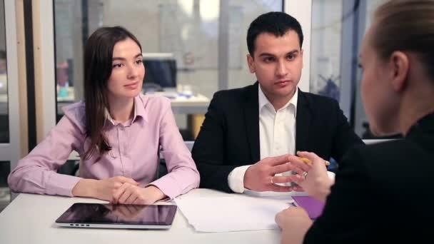Junges Paar trifft sich mit Finanzberater