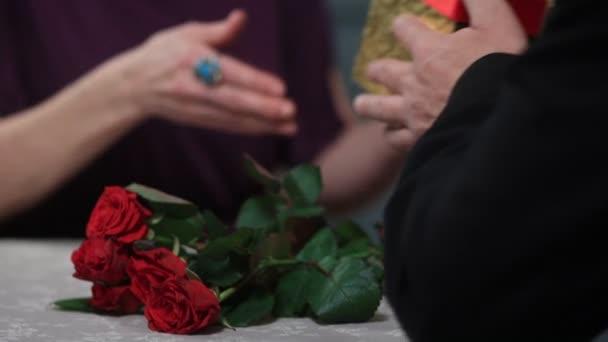 Senior mužské ruce dává současné manželce