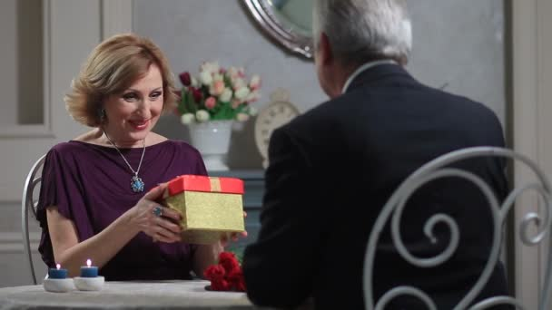 Starý muž překvapivé zralá dáma s dárek