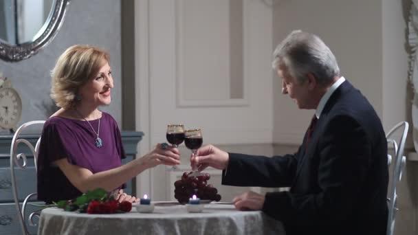 Happy dospělý pár opékání vína v restauraci