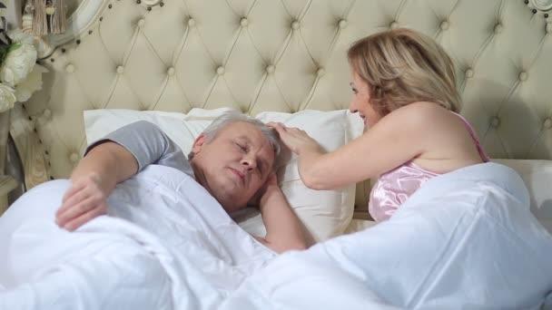 Manželka probouzí její manžel ráno