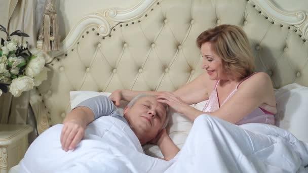 Žena lehce probuzení muž ráno