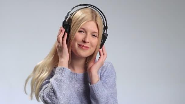 Krásné bokové holka šílí z oblíbené hudby