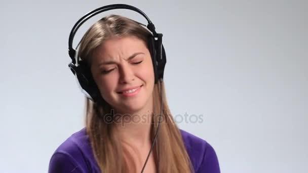 Vzrušená brunetka v sluchátka poslech hudby