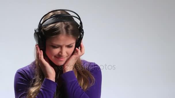Lustiges Teenager-Mädchen hört Radio mit Kopfhörern