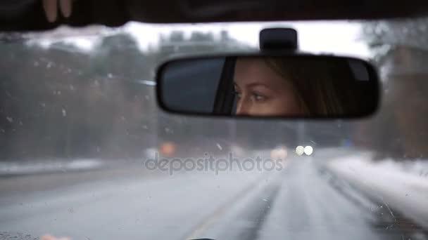 Odraz dívka řídí auto v zrcátku