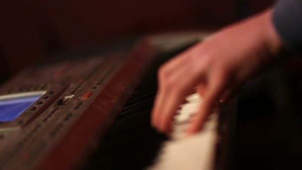 Lidské ruce hrací piano na večírku