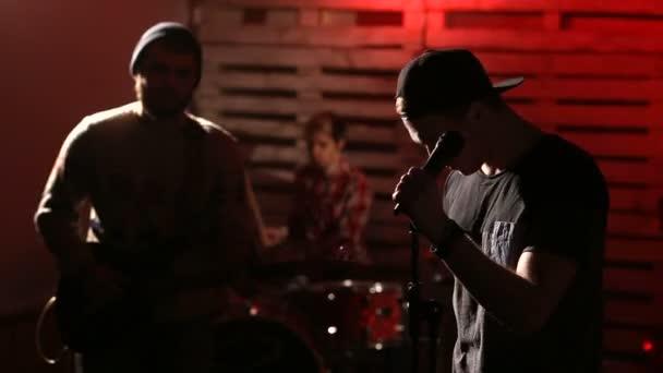 Rock band teljesít a megvilágított színpadon