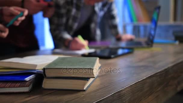 A kézi írás a Jegyzettömb tollal közelről