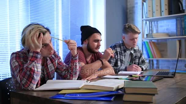 Studenti sedí v přednáškovém sále a studium