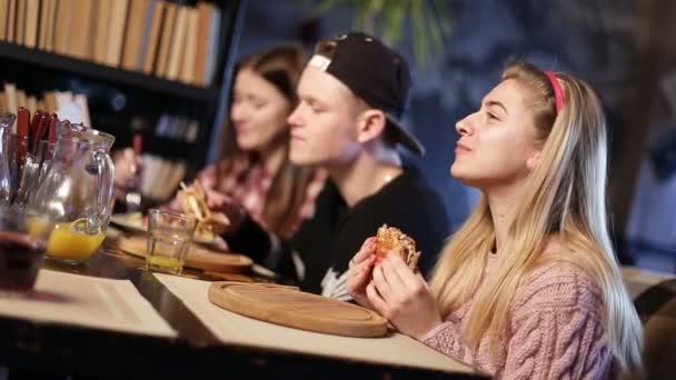 Usmíval se dospívající přátel na snídani v kavárně