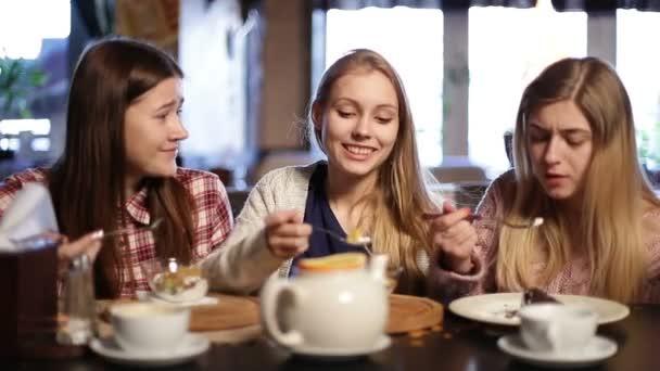 Atraktivní kamarádky chlazení v restauraci